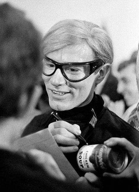 Andy Warhol en el opening de su primera exhibición en un museo, Philadelphia 1965.